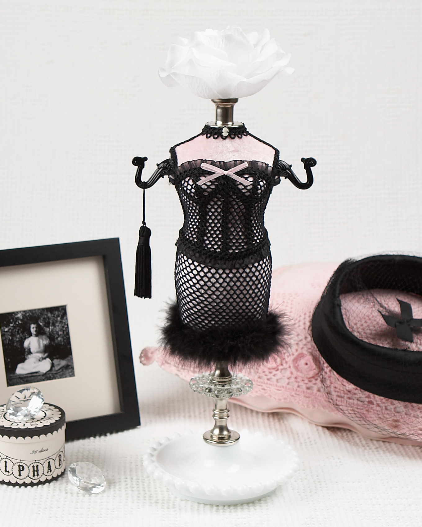 Jewelery holder figurine in boudoir outfit